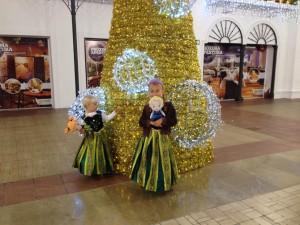 kids in Frozen costumes